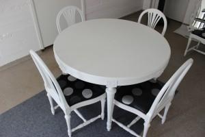 Nylackerad vit Bord och sex stolar